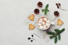 Cacao o cioccolato caldo con la caramella gommosa e molle ed i biscotti sulla tavola bianca da sopra Bevanda tradizionale di inve Immagini Stock