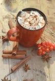 Cacao o taza del café con las melcochas sabrosas, rama de árbol de abeto con las bayas rojas del árbol de serbal Todavía vida en  Imagen de archivo libre de regalías
