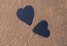 Cacao in polvere del cuore del backround di giorno di S. Valentino sul nero Fotografia Stock