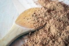 Cacao in polvere del mucchio su fondo di legno Immagini Stock