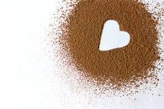 Cacao in polvere di forma del cuore del backround di giorno di S. Valentino isolato su bianco Immagini Stock