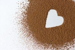 Cacao in polvere di forma del cuore del backround di giorno di S. Valentino isolato su bianco Immagine Stock Libera da Diritti