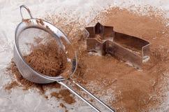 Cacao in polvere in una taglierina del biscotto e del setaccio fotografia stock
