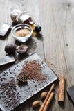 Cacao râpé sur la barre de chocolat image libre de droits