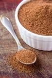 Cacao renversé sur la cuillère Photos stock