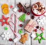 Cacao y decoraciones de la Navidad Foto de archivo