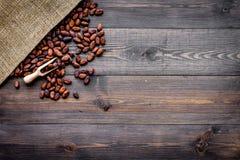Cacaobonen dichtbij canvas op de donkere houten ruimte van het achtergrond hoogste meningsexemplaar Stock Foto's