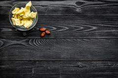 Cacaoboter als ingrediënt voor natuurlijke schoonheidsmiddelen De donkere houten ruimte van het achtergrond hoogste meningsexempl Stock Foto's