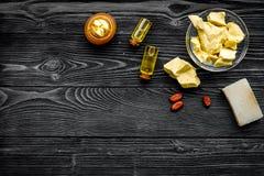 Cacaoboter als ingrediënt voor natuurlijke schoonheidsmiddelen De donkere houten ruimte van het achtergrond hoogste meningsexempl Royalty-vrije Stock Afbeeldingen