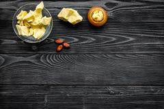 Cacaoboter als ingrediënt voor natuurlijke schoonheidsmiddelen De donkere houten ruimte van het achtergrond hoogste meningsexempl Stock Fotografie