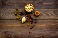 Cacaoboter voor huidzorg De donkere houten ruimte van het achtergrond hoogste meningsexemplaar Stock Foto's