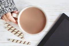 Cacaokop en vrouwenhand Royalty-vrije Stock Fotografie