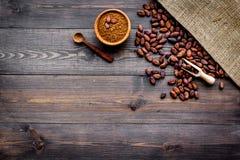 Cacaopoeder dichtbij cacaobonen en canvas op de donkere houten ruimte van het achtergrond hoogste meningsexemplaar Royalty-vrije Stock Afbeelding