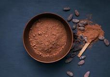 Cacaopoeder in een kom Stock Afbeeldingen