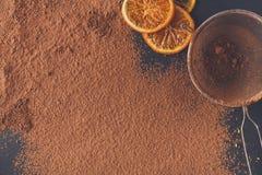 Cacaopoeder in een zeef over zwarte leiachtergrond stock foto's