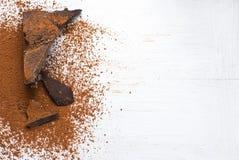 Cacaovaste lichamen en cacaopoeder Royalty-vrije Stock Foto's