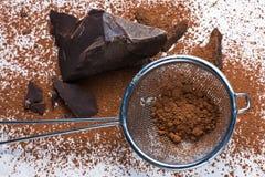 Cacaovaste lichamen en cacaopoeder Stock Fotografie