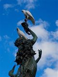Cacatuas com crista do enxofre que equilibram em uma fonte ornamentado Fotografia de Stock Royalty Free