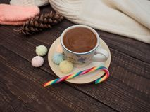 Cacau com espuma, os doces doces e bisse colorido em uma tabela de madeira fotografia de stock royalty free