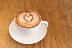 Cacau do chocolate com coração da arte do latte Imagens de Stock Royalty Free