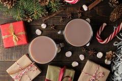 Cacau quente em um copo de vidro em um fundo de madeira marrom inverno da vista superior Ano novo Natal presentes da árvore fotos de stock royalty free