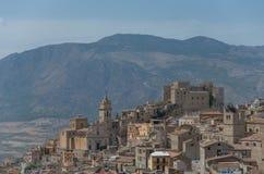 Caccamo, Sicile Ville italienne médiévale avec Norman Castle dedans image stock