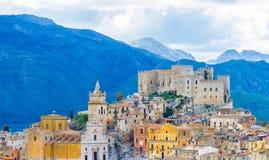 Caccamo-Stadt auf dem Hügel mit Gebirgshintergrund am bewölkten Tag in Sizilien Lizenzfreies Stockfoto