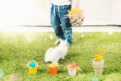 Caccia del ragazzino per l'uovo di Pasqua fotografie stock
