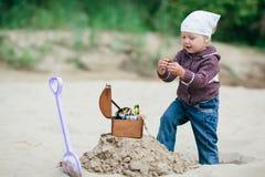 Caccia della bambina per il tesoro Fotografie Stock Libere da Diritti