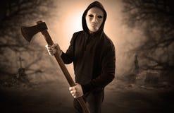 Cacciatore aggressivo nel concetto abbandonato del cimitero immagini stock libere da diritti