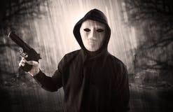 Cacciatore aggressivo nel concetto abbandonato del cimitero fotografia stock libera da diritti
