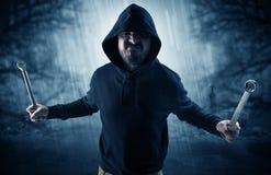 Cacciatore aggressivo nel concetto abbandonato del cimitero immagine stock