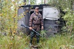 Cacciatore alla capanna della foresta Fotografia Stock