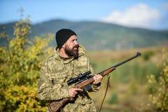 Cacciatore barbuto spendere caccia di svago Fuoco e concentrazione di cacciatore con esperienza Cercando ed intrappolando le stag immagini stock libere da diritti