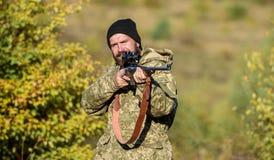 Cacciatore barbuto spendere caccia di svago Fuoco e concentrazione di cacciatore con esperienza Cercare concetto maschile di hobb fotografie stock