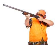 Cacciatore che mira un fucile da caccia Immagine Stock