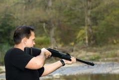 Cacciatore con il fucile. fotografia stock libera da diritti