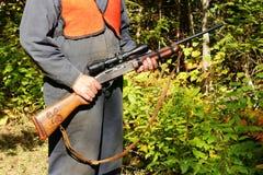 Cacciatore con il fucile nel legno fotografie stock libere da diritti