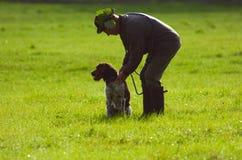 Cacciatore con il suo cane Fotografie Stock Libere da Diritti