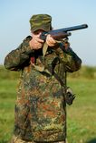 Cacciatore con la pistola del fucile Fotografia Stock Libera da Diritti