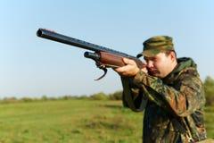Cacciatore con la pistola del fucile Fotografie Stock