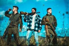 Cacciatore con la pistola del fucile da caccia sulla caccia Cercando in Russia fotografia stock