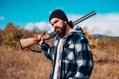 Cacciatore con la pistola del fucile da caccia sulla caccia Fucile della pistola fotografie stock libere da diritti