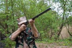 Cacciatore con la pistola a disposizione Immagini Stock