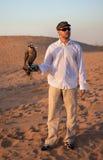 Cacciatore con un falco Fotografie Stock