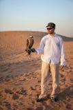 Cacciatore con un falco Immagini Stock Libere da Diritti