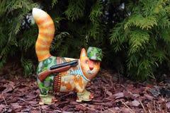 Cacciatore del gatto su un marrone scheggiato immagine stock