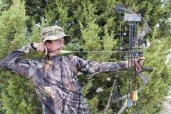 Cacciatore di tiro all'arco con l'arco Immagini Stock Libere da Diritti