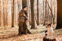 Cacciatore di Yang con un cane sulla foresta immagine stock