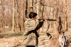 Cacciatore di Yang con un cane sulla foresta che il cacciatore sta tendendo fotografia stock libera da diritti